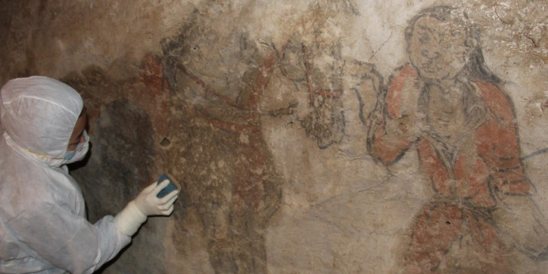 Trainee working on the cleaning of one section of the painting ©Center of Cultural Heritage of Mongolia